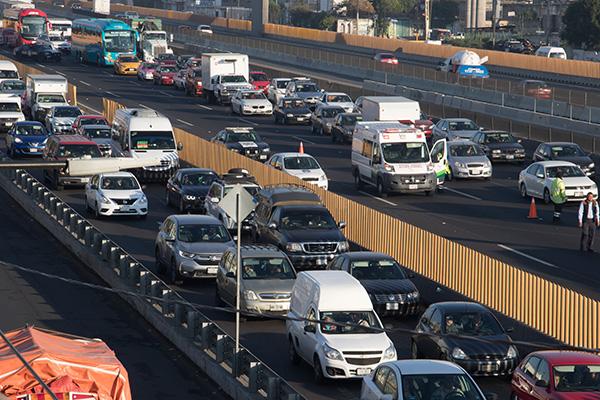 La autopista México-Puebla se ve afectada por la volcadura de una tráiler. FOTO: CUARTOSCURO