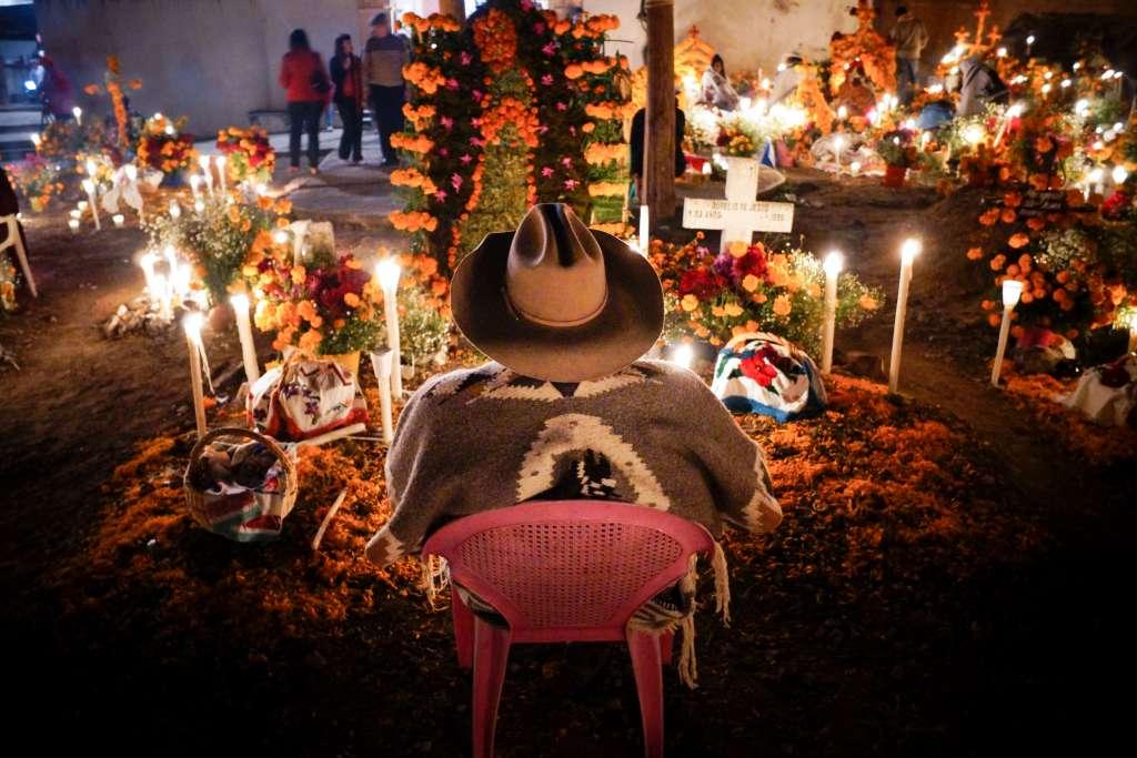 En las ofrendas de niños se puede colocar:  leche, atole, pan de muerto, dulces y frutas. FOTO: ARCHIVO/ CUARTOSCURO