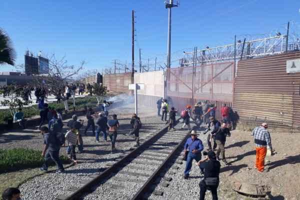 Resultado de imagen para estados unidos lanza bombas lacrimógenas desde helicoptero a migrantes