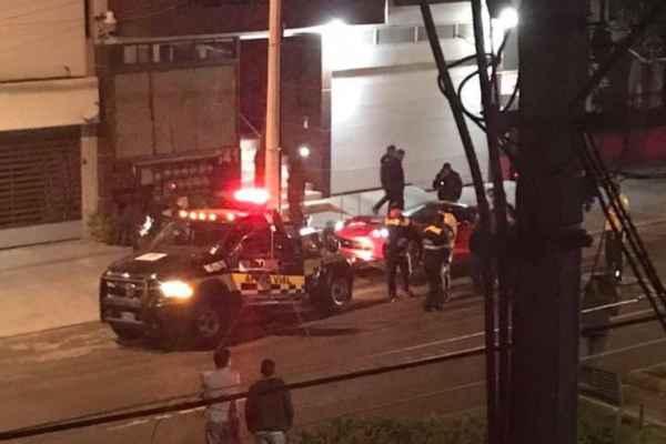 El vehículo fue retirado con una grúa de laSSP-CDMX. Foto: @gusruizl