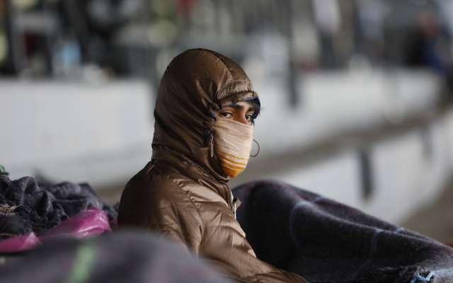 Un migrante se cubre del frío extremo. Nayeli Cortés / Heraldo de México