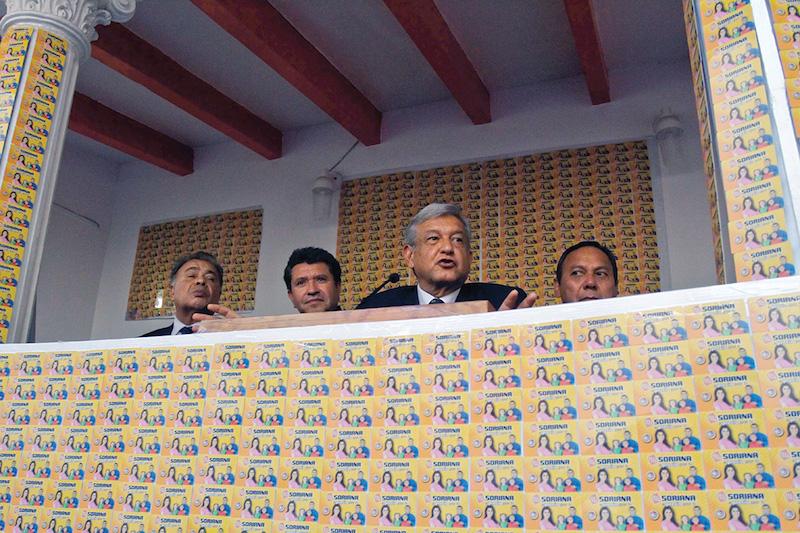 Andrés Manuel López Obrador, candidato de las Izquierdas a la Presidencia de la República, presentó miles de tarjetas de la tienda Soriana, las cuales, presuntamente serían usadas para comprar votos en la pasada elección presidencial.  FOTO: ISAAC ESQUIVEL/CUARTOSCURO.COM