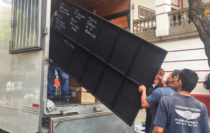 En un camión de mudanza se llevaron muebles y documentos a Palacio Nacional. Foto: Cuartoscuro