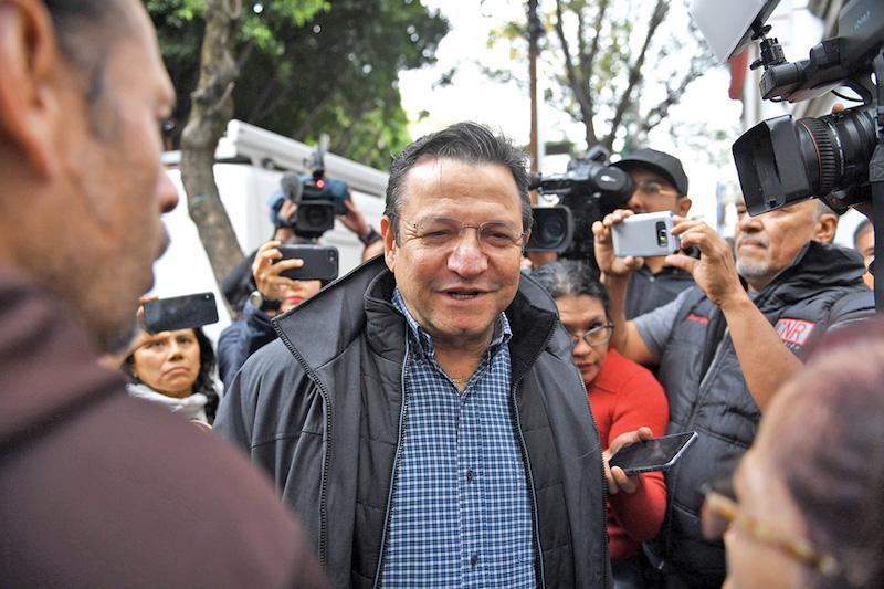 Arturo López Obrador acudió a la casa de transición a recoger su pase para el 1D. Foto: Leslie Pérez / El Heraldo de México