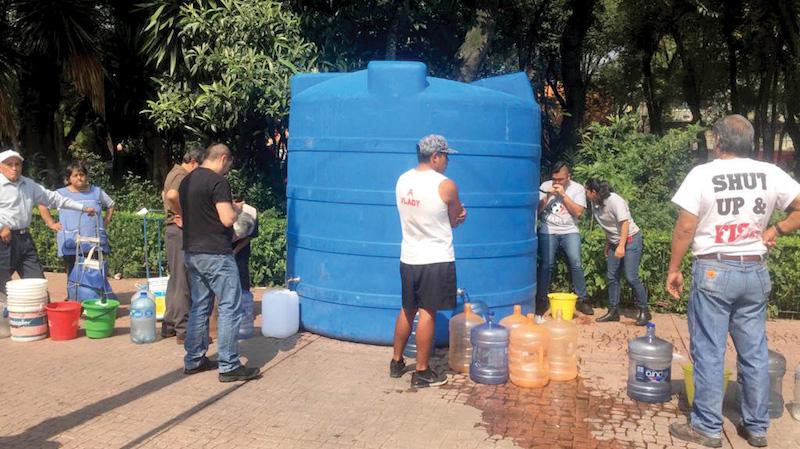 Los demandantes del líquido llevan sus garrafones para enfrentar el estiaje. Foto: Pablo Salazar Solís / El Heraldo de México.