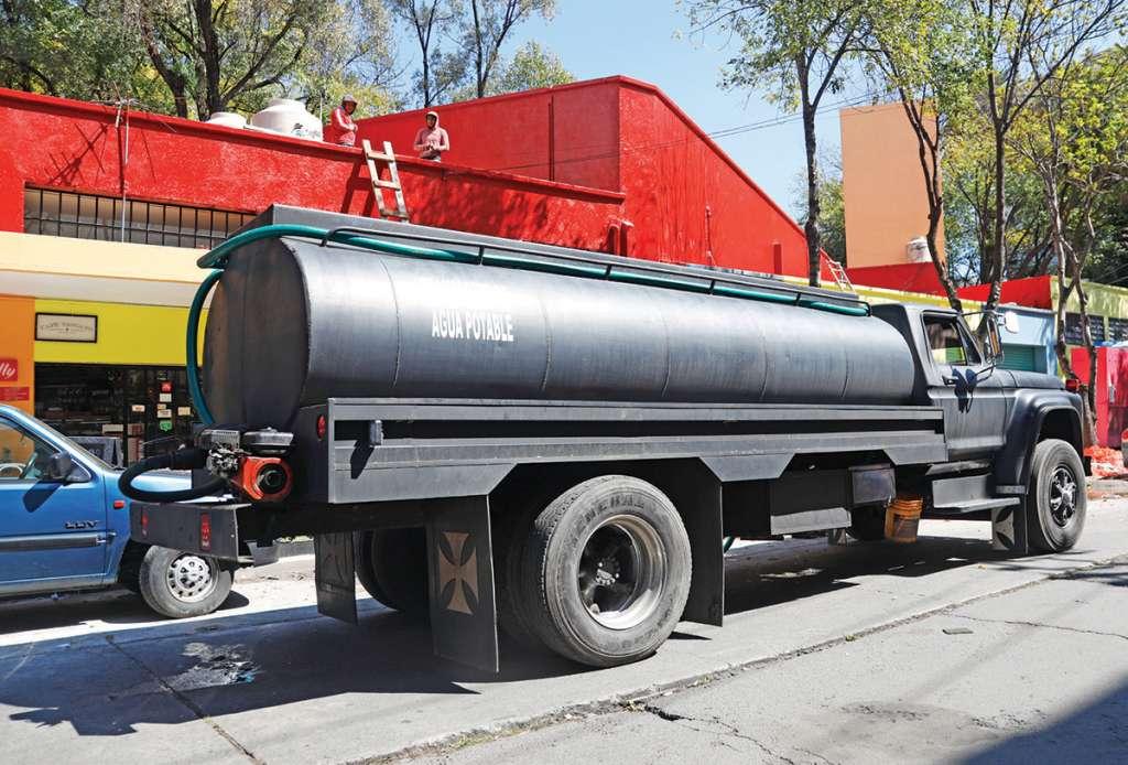 En el Mercado de Michoacán, en la Condesa, una pipa de 10 mil litros surte el líquido. Foto: Nayeli Cruz / Heraldo de México