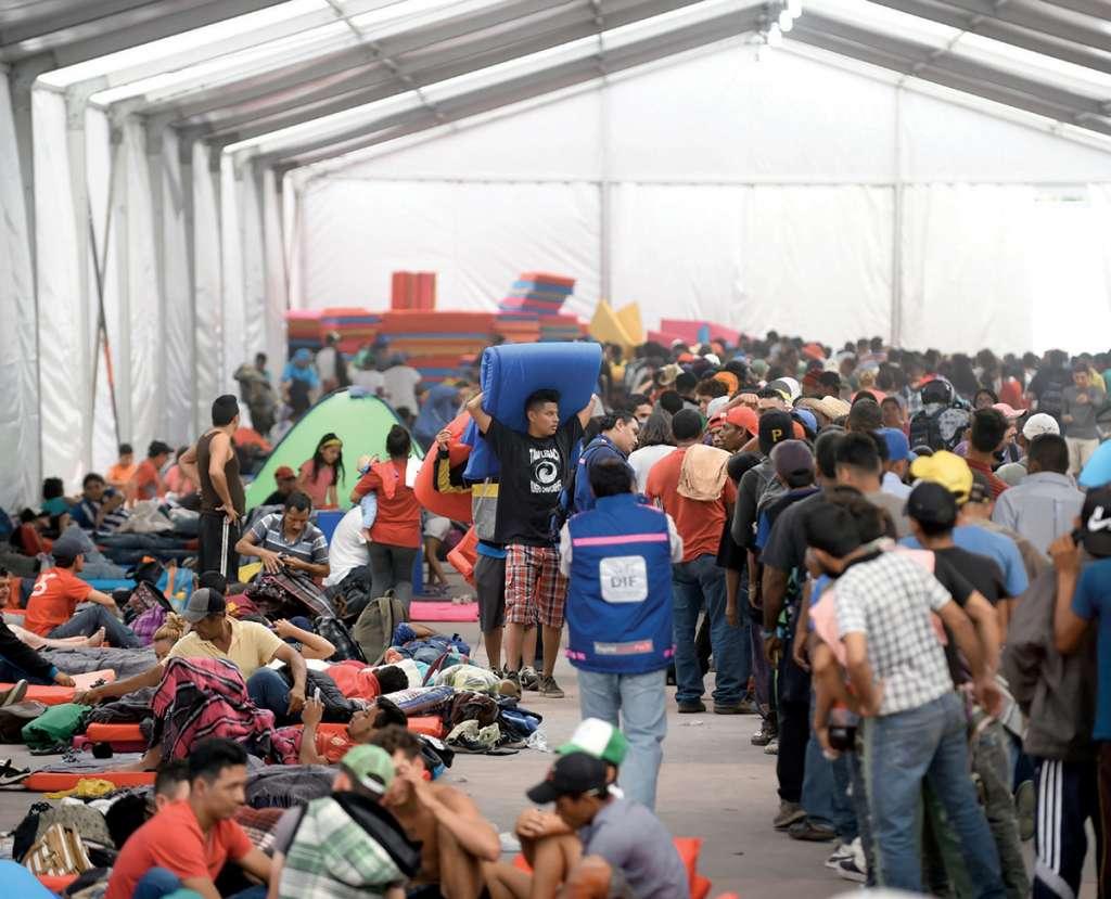Aspecto del albergue en la Ciudad Deportiva, donde cientos de migrantes llegaron este lunes. Foto: AFP