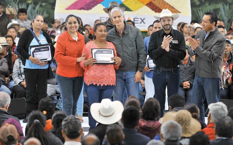 El gobernador Alfredo Del Mazo destacó el trabajo de los mezcaleros. Foto: Especial.