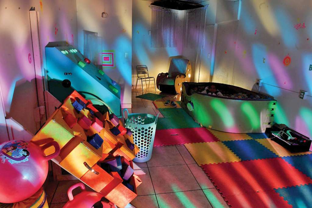 Mesas iluminadas sirven para enseñar los colores. Foto: Pablo Salazar  / El Heraldo de México.