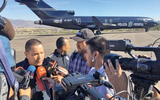 Miembros de la caravana migrante regresan por iniciativa propia a su país, en un avión de la Policía Federal desde el aeropuerto de Tijuana a la capital mexicana. EFE / Joebeth Terriquez
