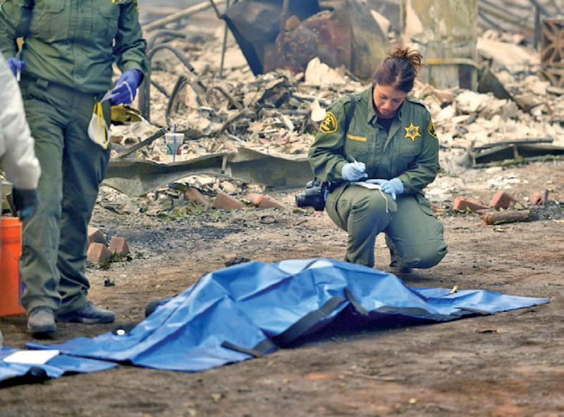Rescatistas continúan con el hallazgo de cadáveres en California.. (Photo by JOSH EDELSON / AFP)