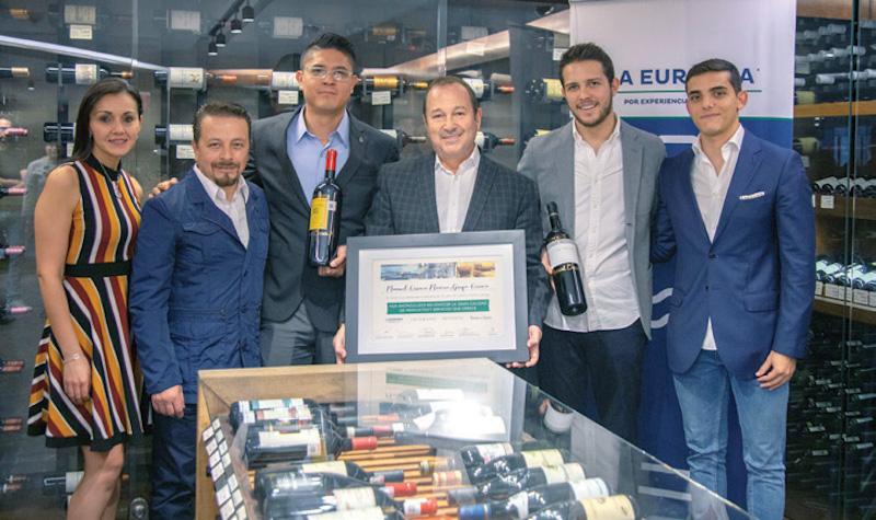 Directivos de Grupo Orraca fueron galardonados por sus 35 años de experiencia. Foto : Especial