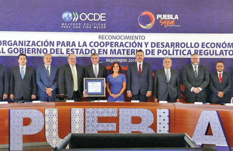 El gobernador de Puebla y su esposa, ayer con la OCDE. Foto: Especial.