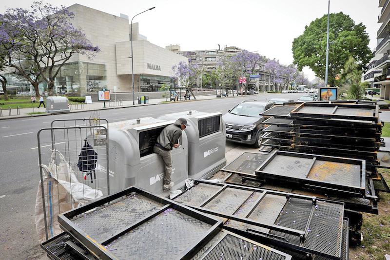 Empleados preparan vallas de seguridad frente al Museo de Arte Latinoamericano de Buenos Aires para la Cumbre del G20, hoy, en Buenos Aires (Argentina). EFE/Juan Ignacio Roncoroni