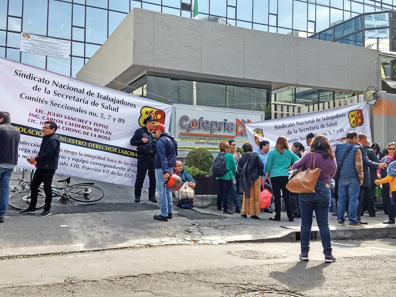 Trabajadores sindicales aseguran que la Cofepris no hizo el pedido a tiempo. Foto: Especial.