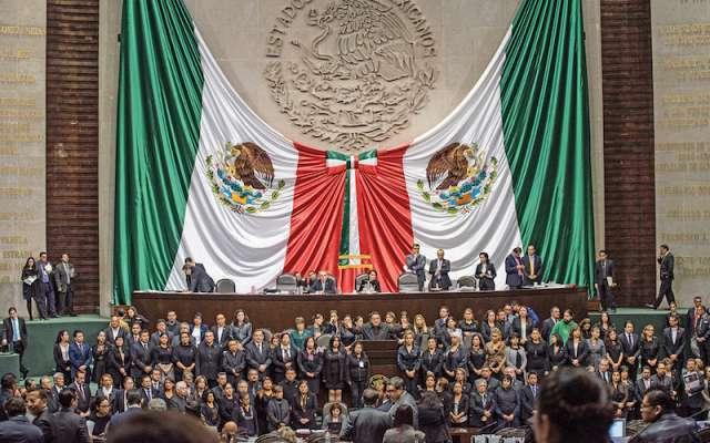 Legisladores guardan un minuto de silencio en memoria de Valeria Cruz, hija de la diputada Carmen Medel, ayer en San Lázaro. FOTO: MARIO JASSO /CUARTOSCURO.COM