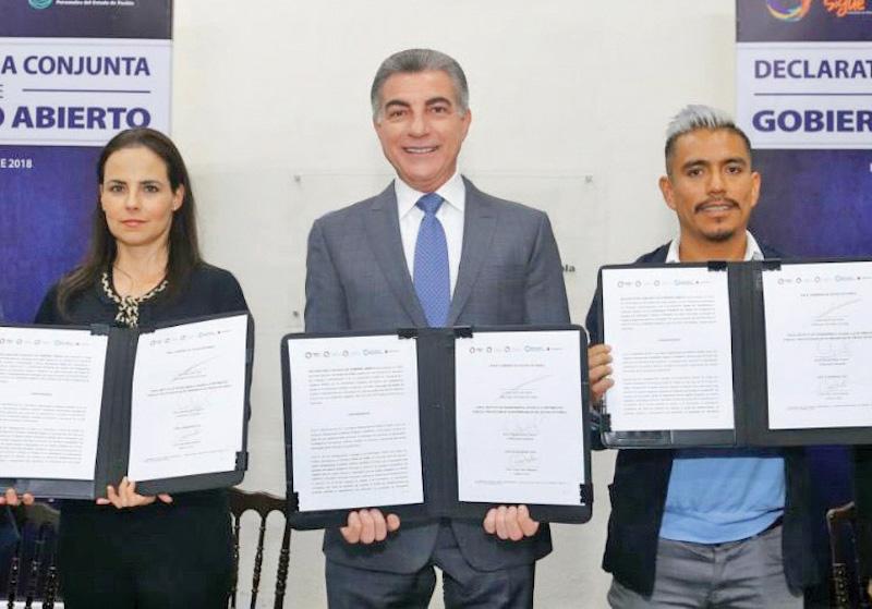El mandatario firmó la declaratoria de Gobierno Abierto. Foto: Especial.