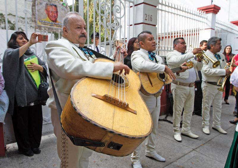 También fue llevado un mariachi al 216 de la calle Chihuahua para cantarle Las Mañanitas. Foto: Cuartoscuro