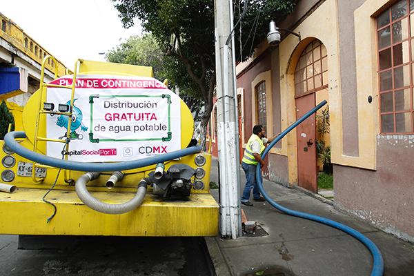 Autoridades capitalinas dieron a conocer que durante que durante los primeros dos días del corte de agua, las pipas llevaron a cabo más tres mil viajes. FOTO: NOTIMEX