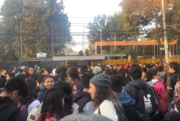 Los jóvenes encapuchados permanecen afuera de las instalaciones, ya que los maestros formaron una valla para impedirles el paso. FOTO: NOTIMEX