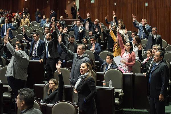 La Cámara de Diputados aprobó el cambio en el orden de los colores en la banda presidencial que portará el presidente electo, Andrés Manuel López Obrador.  FOTO: CUARTOSCURO