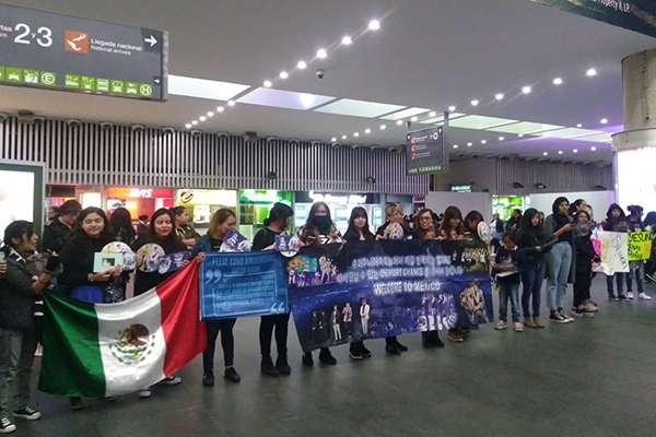 El grupo surcoreano llegó al medio día al AICM.  FOTO: TWITTER