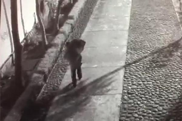 En el video se ve a un hombre caminar de forma rápida cargando una maleta negra a media noche por los pasillos de Tlatelolco. FOTO: ESPECIAL