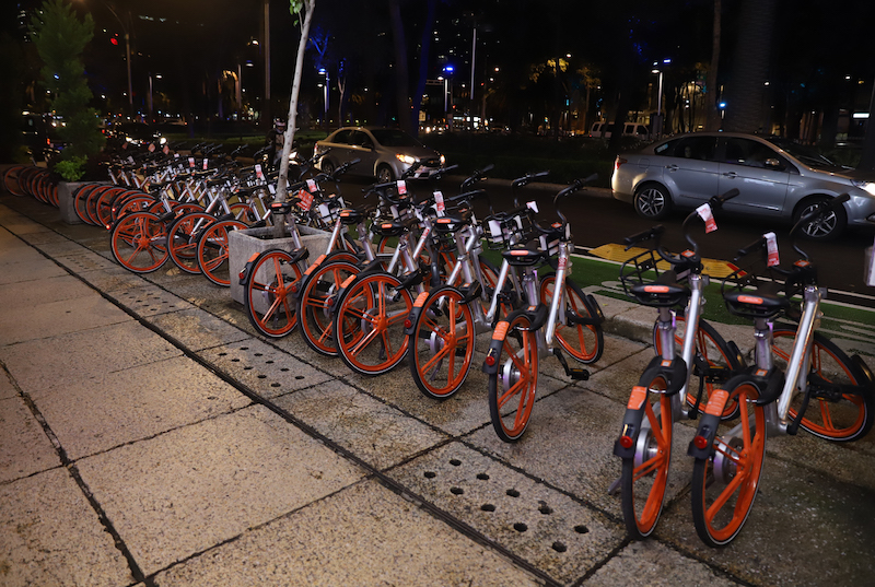 Mobike, la aplicación más usada y la que más quejas tiene por la disposición de sus bicis.. Foto: Víctor Gahbler / El Heraldo de México.