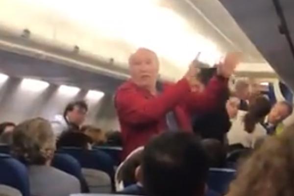 La pareja de españoles tuvo que dejar el avión. FOTO: ESPECIAL