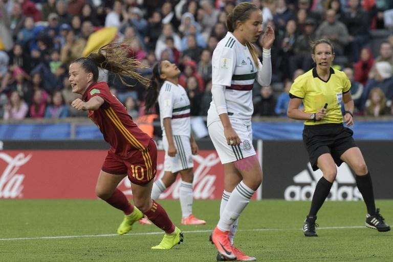 La española Claudia Pina  celebra después de marcar un gol contra México durante el último partido de fútbol de la Copa Mundial Femenina Sub-17 en Montevideo. Foto: AFP.