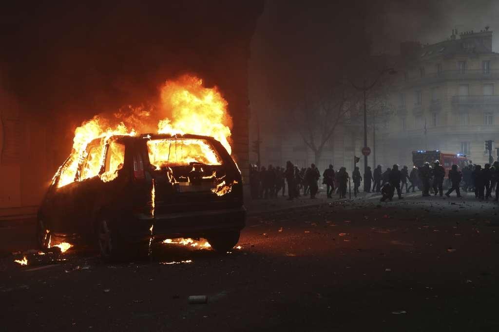 Manifestantes antigubernamentales se enfrentaron ayer a la policía en París. FOTO: AFP