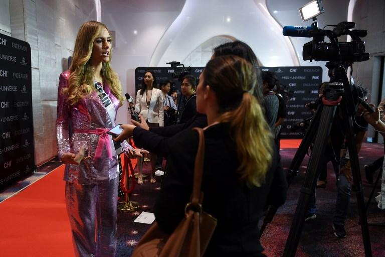 Angela Ponce de España habla durante una entrevista con periodistas en un evento mediático del certamen de Miss Universo 2018 en Bangkok. Foto: AFP