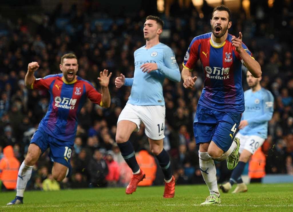 SENTENCIA. Luka Milivojevic (der.) hizo el tanto que definió la victoria del Crystal Palace. Foto: AFP