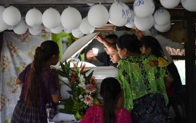 Familiares y amigos se despiden de la pequeña en Guatemala. Foto: AFP