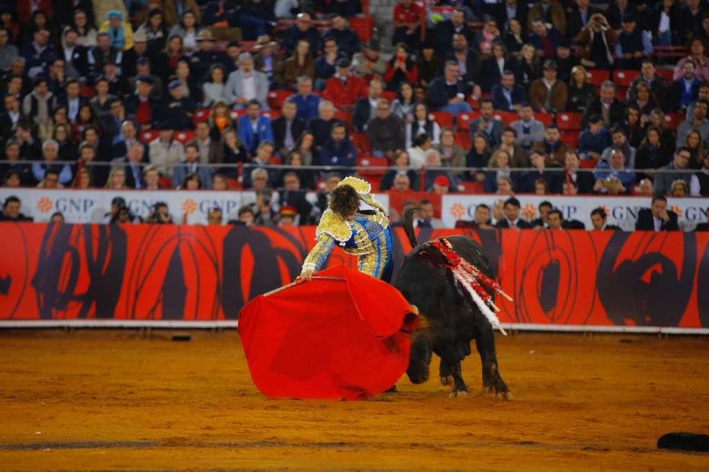 Tras el breve puyazo, Roca Rey nuevamente se echó el capote a la espalda para nuevamente hacer un quito por gaoneras. Foto: Paulino Santiago