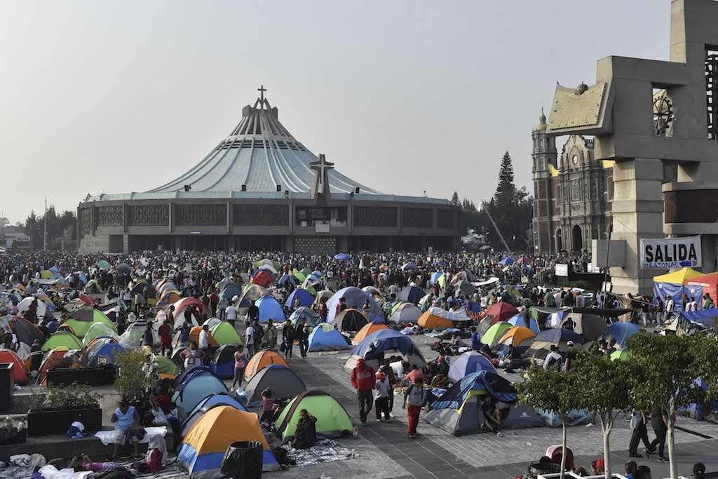 Miles de personas acampan en la explanada de la Basílica, con la ilusión de entrar a la misa realizada el 12 de Diciembre, para cantar las tradicionales mañanitas a la Virgen de Guadalupe. Foto: Edgar López / El Heraldo de México.