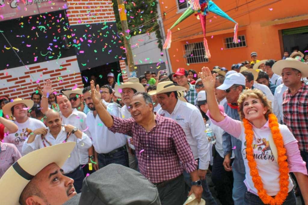 El gobernador Héctor Astudillo y su esposa Mercedes Calvo encabezaron el contingente que reunió a miles de familias en Chilpancingo, Guerrero. Foto: Especial.