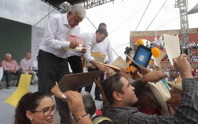 AYUDA. López Obrador definió las acciones para los afectados en Nayarit. Foto: Notimex