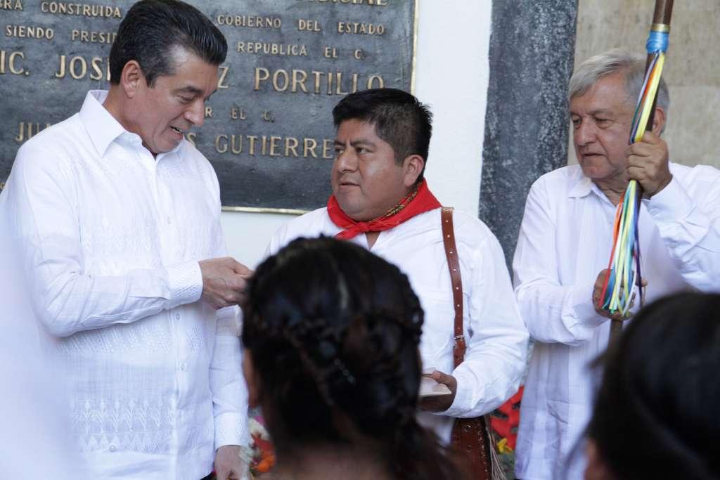 AMLO recibió el Bastón  de parte de las distintas etnias indígenas de Chiapas FOTO: NOTIMEX