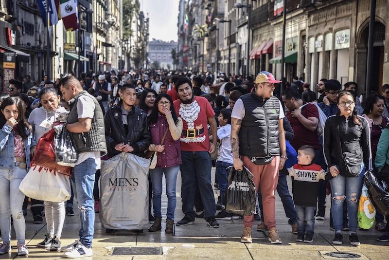 Cientos de personas asisten a la calle Francisco I. Madero del Centro Histórico para realizar compras de regalos ante la víspera de Navidad celebrada esta noche. FOTO: MARIO JASSO /CUARTOSCURO.COM