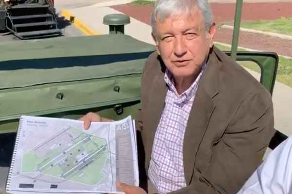 El equipo de trabajo encargado de la obra, le mostró a López Obrador los primeros planos del proyecto. Foto: Archivo   Cuartoscuro