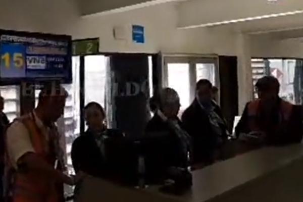 López Obrador viaja en vuelo comercial a Torreón: EN VIVO
