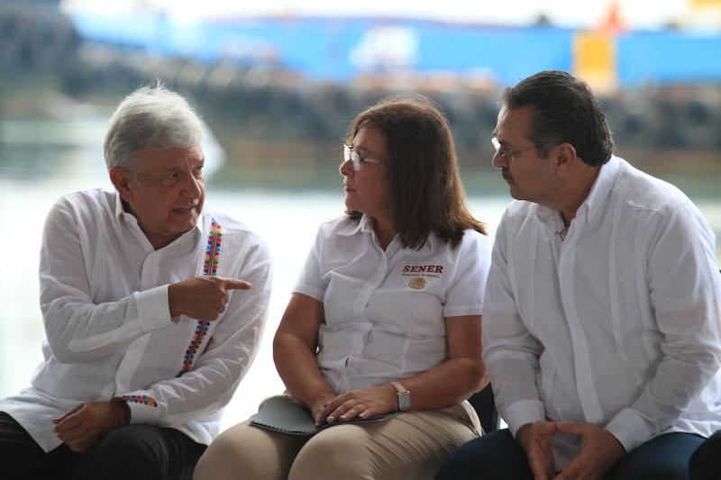 En su primer gira de trabajo en su tierra natal el presidente de México, Andrés Manuel López Obrador realizó la Presentación del Plan Nacional de Refinación en el puerto marítimo Dos Bocas. En dicho evento lo acompañó parte de su gabinete, entre ellos la Secretaria de Energía, Rocio Nahle, el director de PEMEX, Octavio Romero, al igual que el gobernador electo Adan Agusto López Hernández y el gobernador Arturo Núñez Jiménez.  FOTO: EDGAR JASSO/CUARTOSCURO.COM