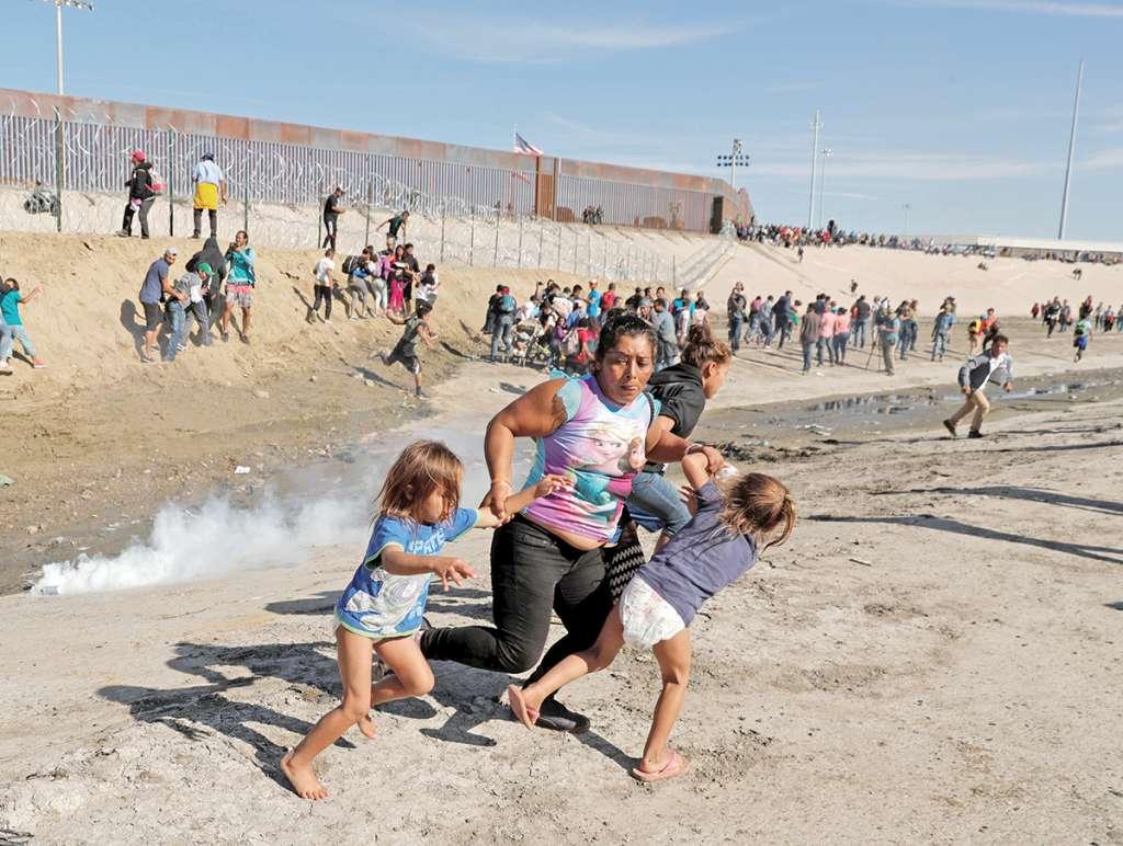 El 28 de noviembre lanzaron gases lacrimógenos a migrantes que intentaron un ingreso masivo a EU. Foto: Reuters.