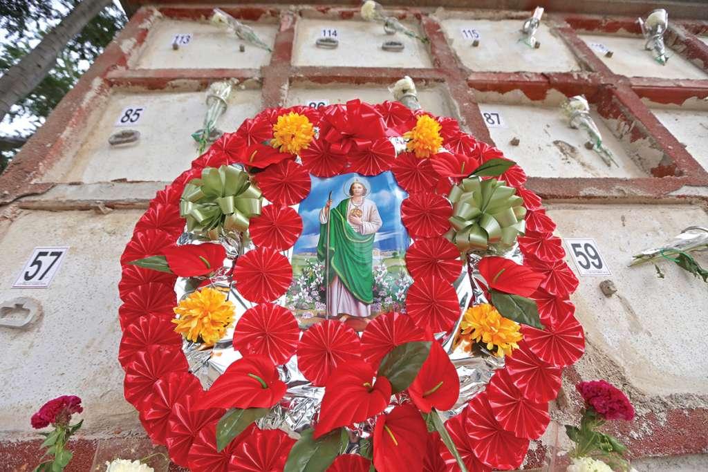 El  día de muertos en el Panteón Guadalajara, familiares y personas ajenas llevaron flores y coronas a las criptas donde yacen los cuerpos de las personas inhumadas por la problemática de los tráileres que el Instituto Jalisciense de Ciencias Forenses (IJCF) contrato para almacenar cadáveres. FOTO: FERNANDO CARRANZA GARCIA /CUARTOSCURO.COM