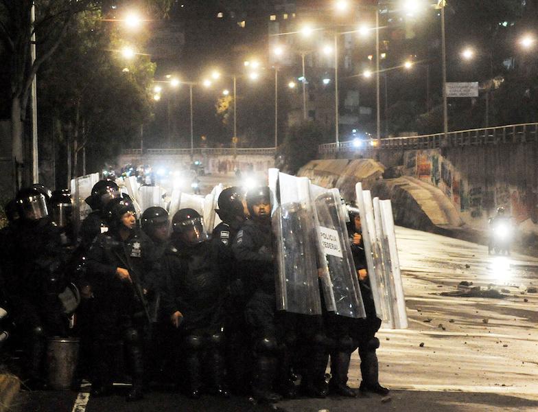 Al no conseguir entablar el diálogo con los manifestantes, la Policía Federal tuvo que aplicar el protocolo de fuerza para recuperar la autopista. Foto: Cuartoscuro