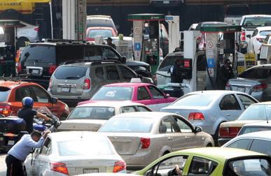 Pemex abastece a las gasolineras en la mañana FOTO: ARCHIVO/ CUARTOSCURO