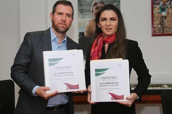 Alfredo Castillo, titular del organismo de 2015 a 2018, firmó el acta en que se formalizó la entrega de las instalaciones. Foto: Conade