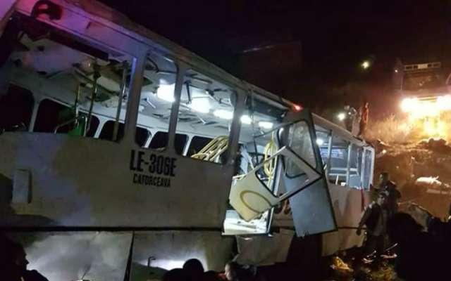 Resultado de imagen para cae autobús a barranco leon