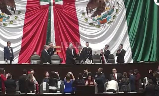 Peña Nieto pasa la banda presidencial a López Obrador, sigue la transmisión en vivo